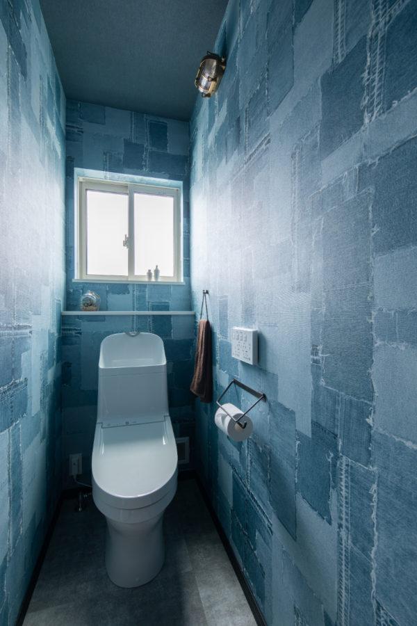 デニム調のクロスを使ったトイレ(1F)
