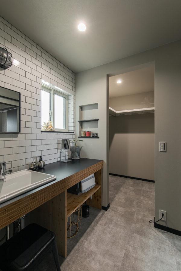 洗面所横には大容量のファミリークローク